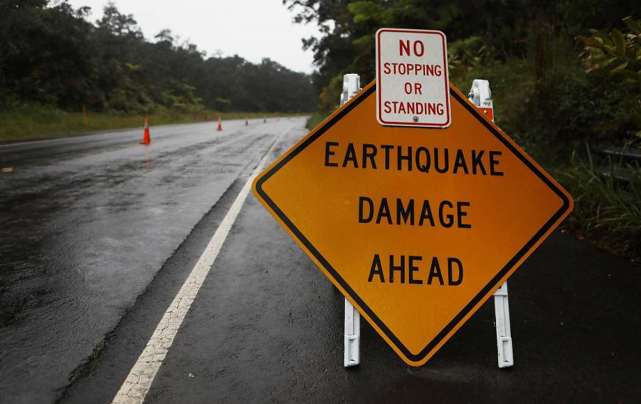 A sign warns of earthquake damage to the road from seismic activity at the Kilauea volcano on Hawaii's Big Island in Hawaii Volcanoes National Park, Hawaii. Photo: Mario Tama / Getty Images